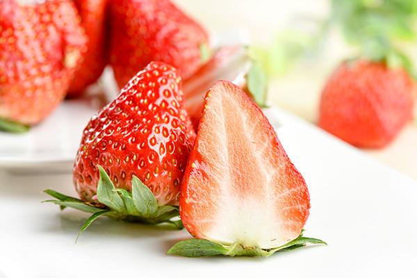 如何酿造一杯芳香四溢的草莓酒?